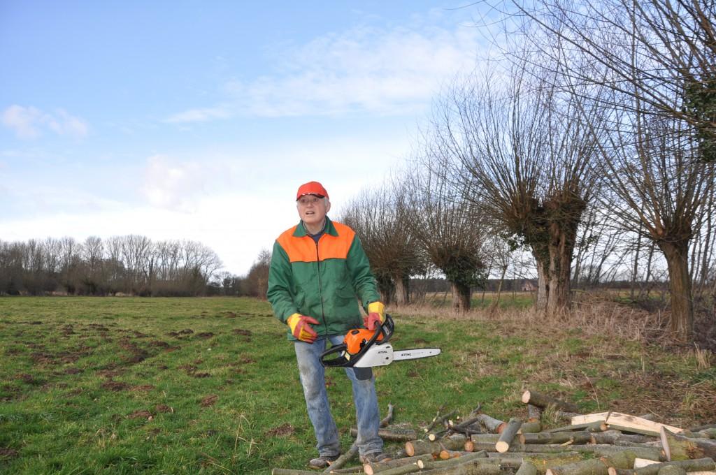 Josef Holste rüstete sich mit einer Säge, um Platz für den Steinkauz zu schaffen.