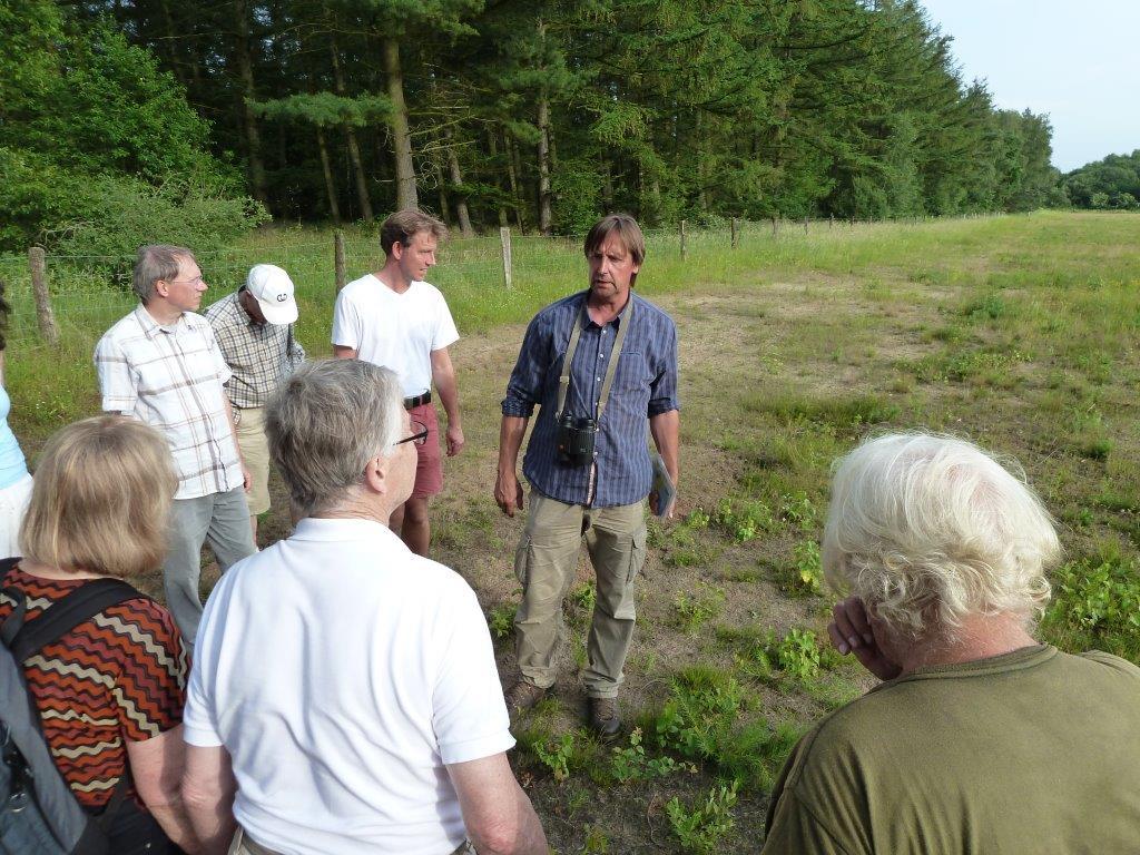 Bernhard Walter zeigt den Exkursionsteilnehmern auf der abgeschobenen Ausgleichsfläche, was sich schon nach wenigen Jahren entwickelt hat.